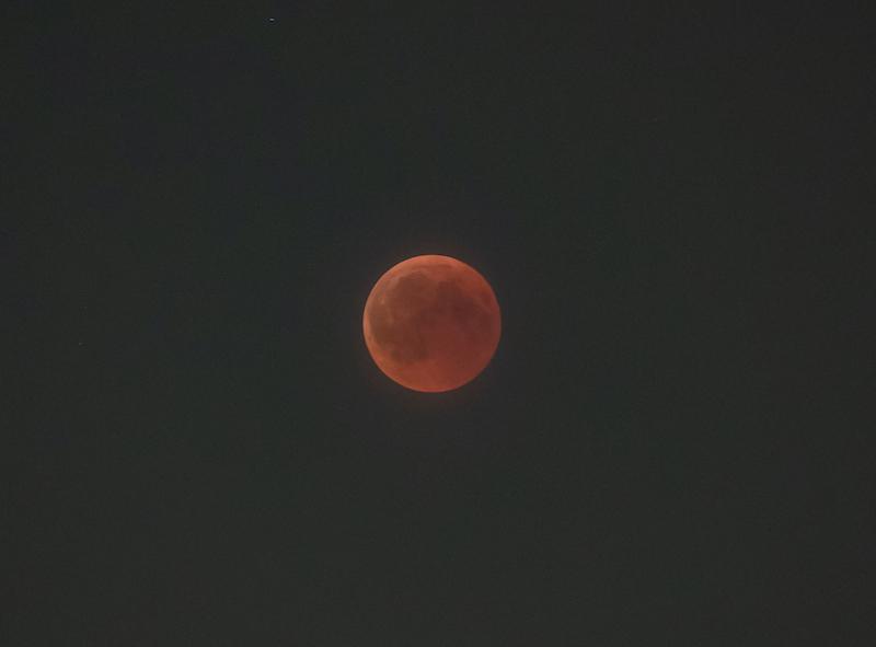Zatmění Měsíce a Olympus M.Zuiko 40-150 mm f/2,8 PRO